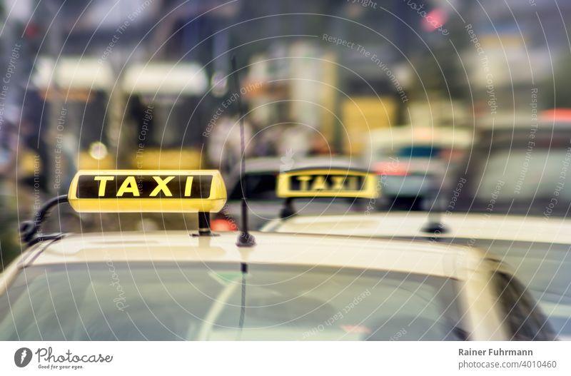 Taxis warten am Strassenrand auf Fahrgäste Stadt Verkehr Straße PKW Außenaufnahme Fahrzeug Verkehrsmittel Straßenverkehr Verkehrswege fahren Personenverkehr