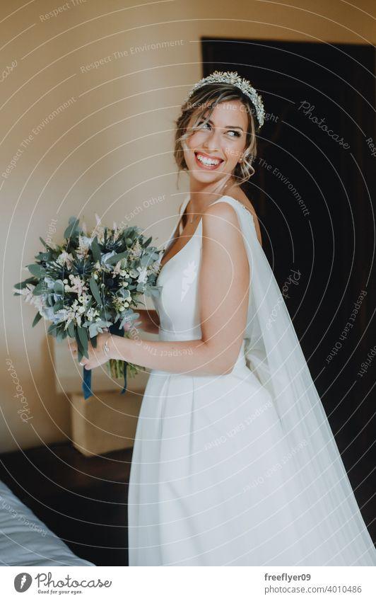 Porträt der Braut mit einem Blumenstrauß an ihrem Hochzeitstag Heirat Engagement Menschen jung attraktiv Textfreiraum Kleid Liebe Frau fein Eleganz Kaukasier