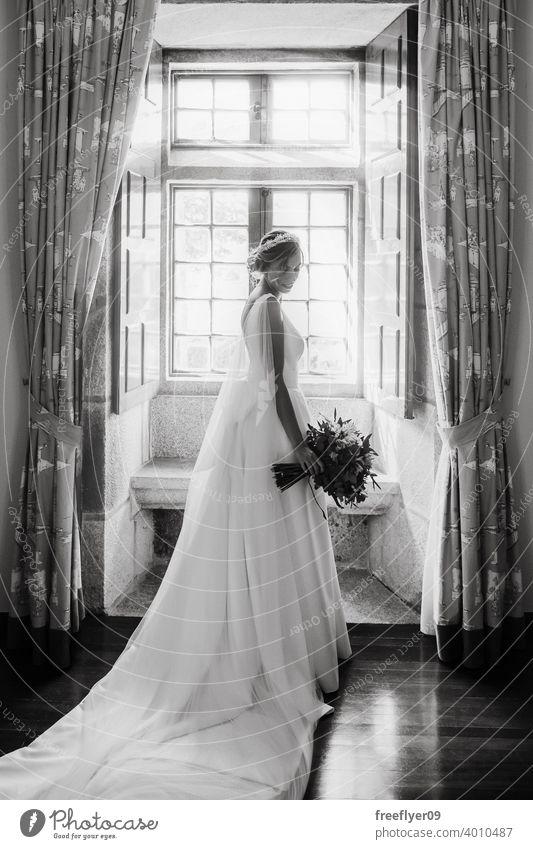 Braut auf ihr Hochzeitskleid vor einem Fenster Heirat Kleid Liebe Frau fein Eleganz Kaukasier Person Schönheit Weiblichkeit Porträt Veranstaltung Romantik