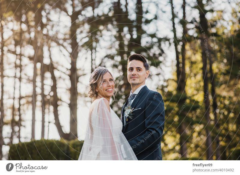 Porträt eines jungen Paares an seinem Hochzeitstag Heirat Engagement Braut Menschen attraktiv Textfreiraum striegeln Baum Natur Außenseite Sonnenlicht Sommer 2
