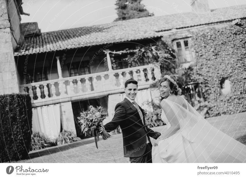 Junges Paar an ihrem Hochzeitstag Heirat Engagement Braut Menschen jung attraktiv Textfreiraum Lächeln pazo Galicia antik Burg oder Schloss nigran Spanien