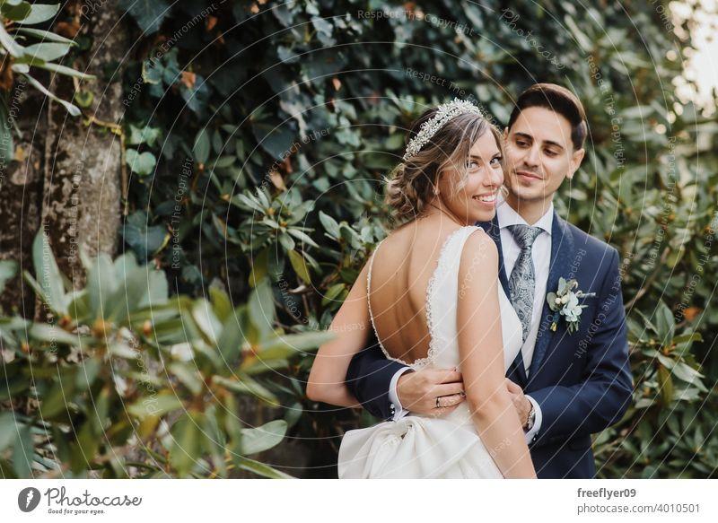 Junges Paar an ihrem Hochzeitstag Heirat Engagement Braut Menschen jung attraktiv Textfreiraum striegeln Baum Natur Außenseite Sonnenlicht Sommer 2 Liebe
