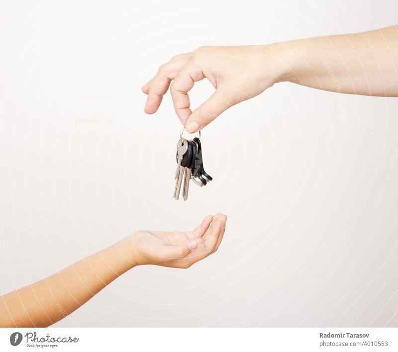Mutter gibt die Schlüssel an seine kleine Tochter Geben Kaukasier Eltern schön Menschen Frau Glück Fröhlichkeit heimwärts Frauen Freude Geschenk Familie