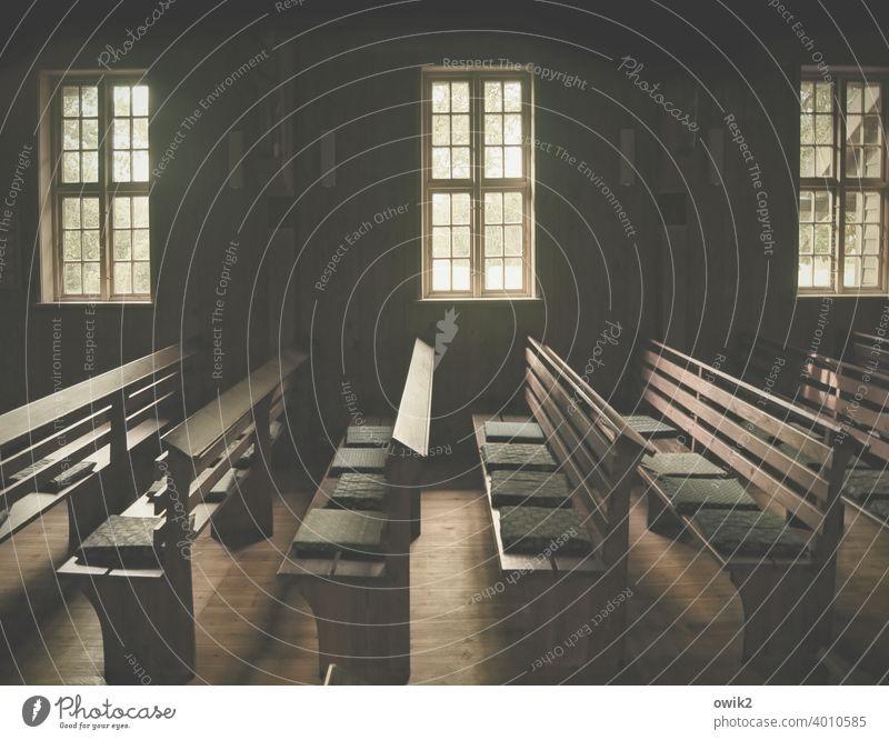 Strenggläubig Kirche Skandinavien einfach alt historisch Dorfkirche Fenster Innenaufnahme dunkel Bankreihen streng ordentlich Ordnung Totale Wand
