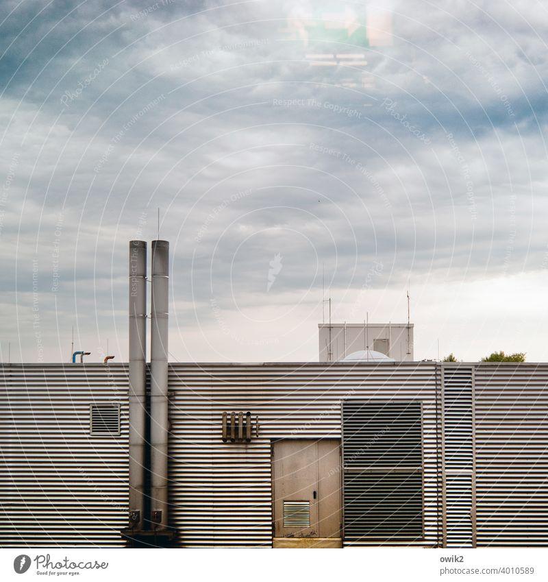 Fluchtweg Fassade Heizhaus Abzug Schornstein Tür Wellblech Metall Wolken Linien Abend parallel Wand Detailaufnahme Außenaufnahme Himmel Gebäude