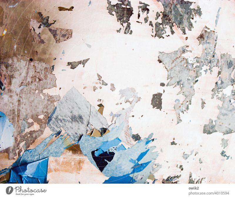 Verheerend Kunstwerk zerfetzt Oberflächenstruktur verrückt Teile u. Stücke Striche blau Riss Farbe Schaden abblättern abgerissen bizarr surreal farbenfroh