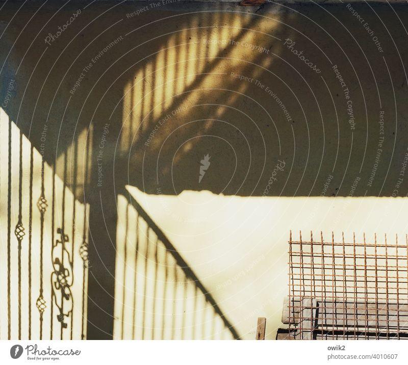 Verlässlich Wand Zaun Metall Beton Ornament Menschenleer Mauer Ecke geheimnisvoll Licht Sonnenlicht Lichterscheinung Kontrast ästhetisch Muster eckig