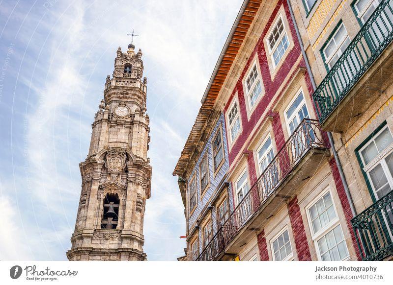 Turm der Klerikerkirche und bunte Architektur von Porto, Portugal clerigos Kirche Denkmal Wahrzeichen Haus gotisch Kathedrale Barock Erbe Kultur Religion torre