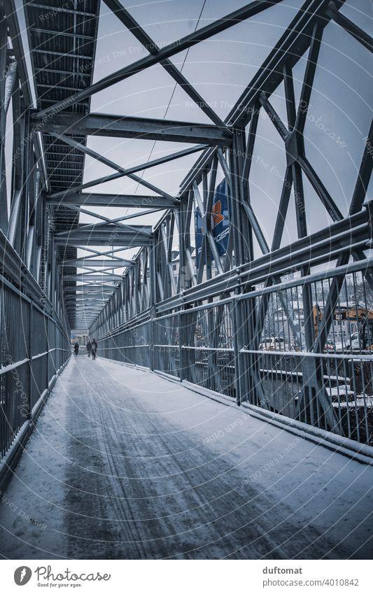 vergitterte Brücke aus Stahl Baustelle kalt behelfsmäßig Weg Fahrradspur Metall Architektur Konstruktion Stahlträger Stahlkonstruktion Außenaufnahme Bauwerk