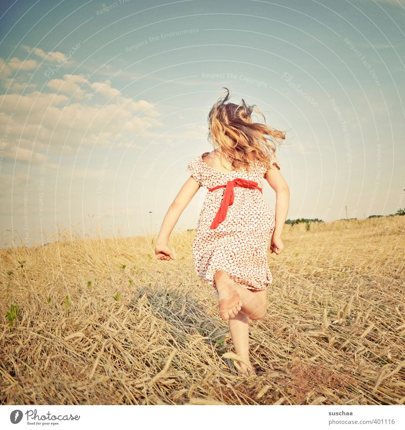 mädchen III Mensch Kind Himmel Natur Sommer Mädchen Landschaft Umwelt Wärme feminin Haare & Frisuren Kopf Beine hell Fuß Horizont