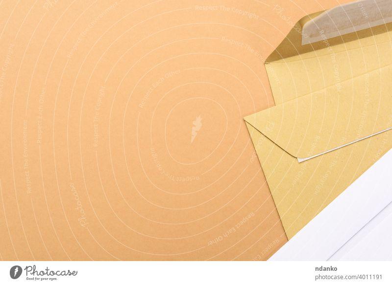 leere weißes Papier braun und weiß Umschläge auf einem braunen Hintergrund Kuvert Brief blanko Nachricht Büro Beitrag Postkarte Schriftstück Porto