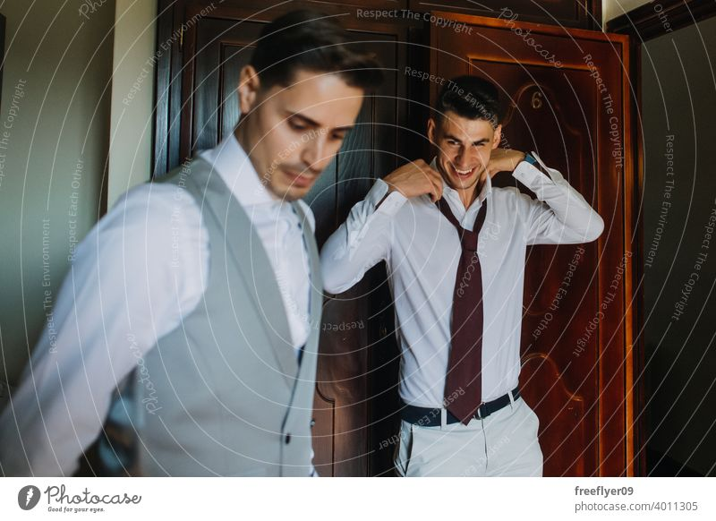 Bräutigam und Trauzeuge beim Anziehen des Anzugs Porträt striegeln Hochzeit Heirat Engagement Menschen jung attraktiv Textfreiraum Mann männlich 20s Raum