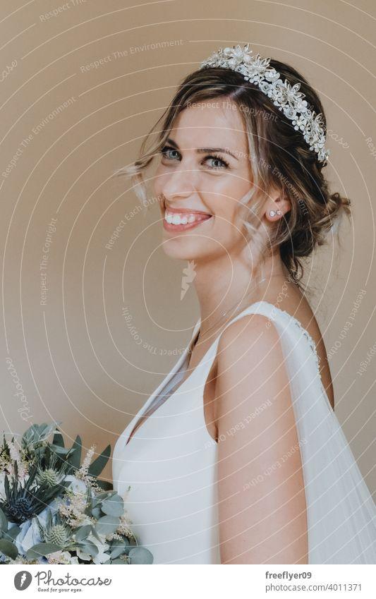 Porträt einer Braut mit ihrem Blumenstrauß Hochzeit Heirat Engagement Menschen jung attraktiv Textfreiraum Kleid Liebe Frau fein Eleganz Kaukasier Person