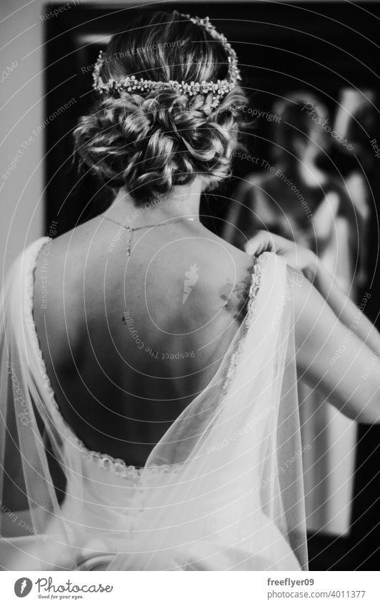 Braut schaut sich im Spiegel an Hochzeit Heirat Kleid Liebe Frau fein Eleganz Kaukasier Person Schönheit Weiblichkeit Porträt Fenster Veranstaltung Romantik