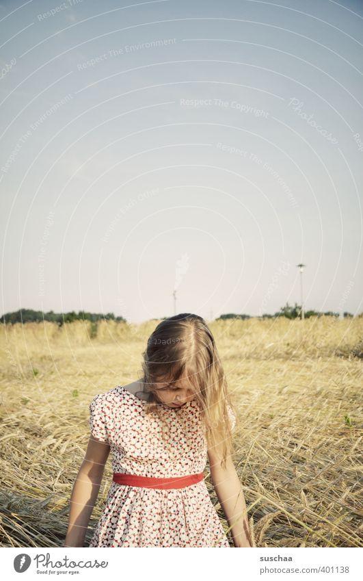 mädchen V Mensch Kind Himmel Natur Sommer Mädchen Landschaft Gesicht Umwelt feminin Haare & Frisuren Kopf Luft Körper Feld blond