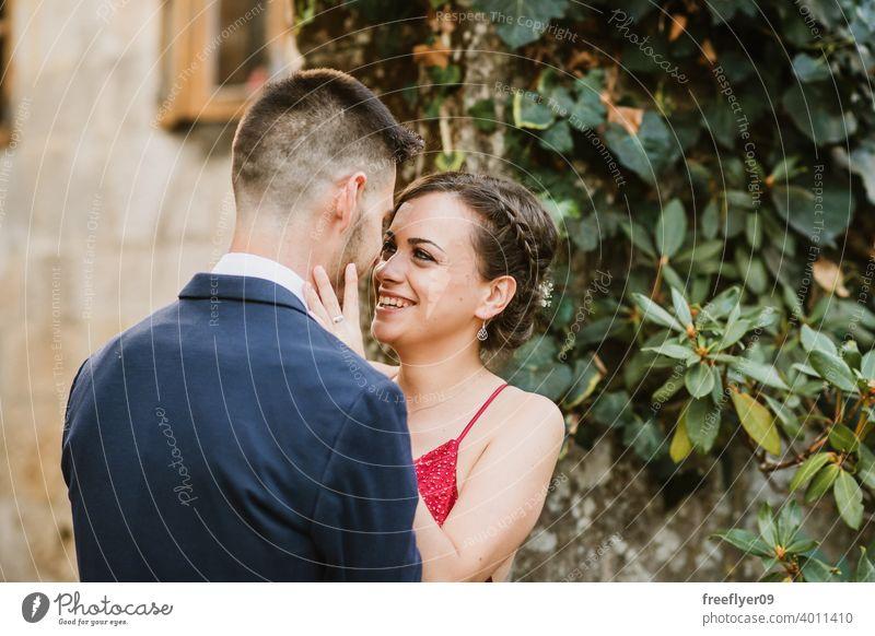 Porträt eines eleganten jungen Paares Abschlussball Kuss 20s Kleid Anzug rot erstes Mal Veranstaltung Kaukasier Reichtum luxuriöses Burg oder Schloss antik