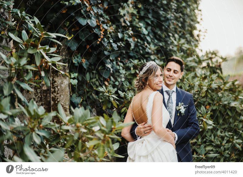Frisch verheirateter Mann und Frau Hochzeit elegant Paar Braut striegeln Ehefrau Ehemann jung Kleid Anzug Veranstaltung Reichtum luxuriöses Burg oder Schloss