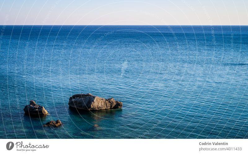 Felsen im Meer. Show der Felsen. Ruhiges blaues Meer azurblau Bucht Strand Boot Küste Gelassenheit Ökoregion Horizont See Landschaft liquide Naturlandschaft