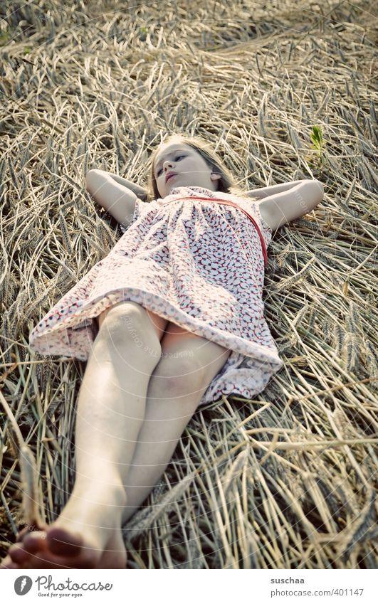 mädchen (im stroh) feminin Kind Mädchen Kindheit Körper Gesicht Arme Beine Fuß 8-13 Jahre Sommer Klima Schönes Wetter Feld liegen ruhig Erholung Pause ausruhend
