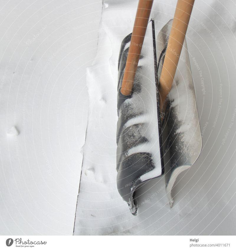 Pause - zwei Schneeschieber warten vor dem Haus auf ihren Einsatz Winter Schneefall Schneeräumung Wintereinbruch Werkzeug Schneeschippe Metall Kunststoff Stiel