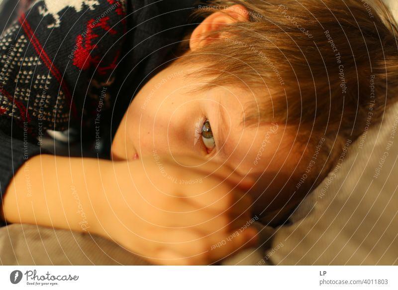 schönes Kind schaut sehr ernst weg von der Kamera verwirrt ratlos skeptisch Skepsis Zweifel hestitate Unsicherheit Verwirrung Kindheit Realität Experiment