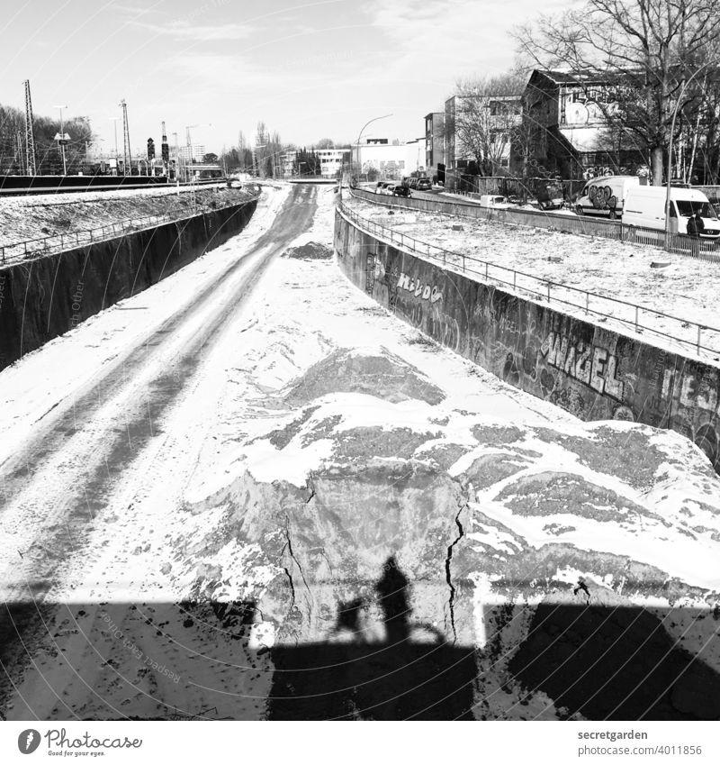 Schattendasein am Abgrund. Schnee schneebedeckt Fahrrad Schattenspiel Schattenwurf Schattenseite Mensch Außenaufnahme Silhouette 1 Licht Tag Erwachsene