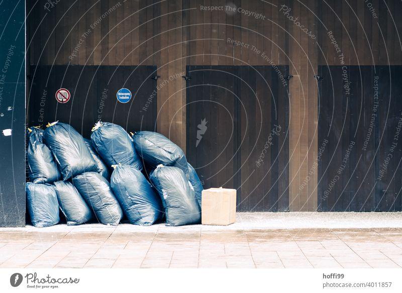 Müllsäcke im Parkverbot vor Eingangstüren Müllsack Müllentsorgung Verpackung wegwerfen Müllabfuhr Müllverwertung Recycling Sack Müllbehälter Kunststoff