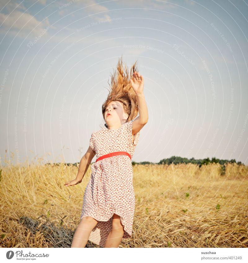 dem sommer verfalllen Kind Mädchen Außenaufnahme Sommer Kleid Haare & Frisuren fallen springen Euphorie Freude Kindheit Sturz retro skurril Bewegung ADS