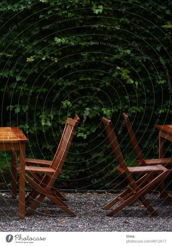 bestuhltes Gelände (13) draußen tisch klappstuhl Gastronomie café leer einsam busch kies kiesweg tropenholz hecke