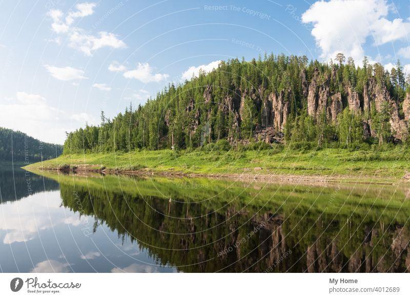 Schöne sibirische Flüsse. Fantastische Klippen.Krasnojarsk Gebiet wohlhabend blau Wolken konfluent nadelhaltig Nadelbäume Wald Grün Landschaft Reittier