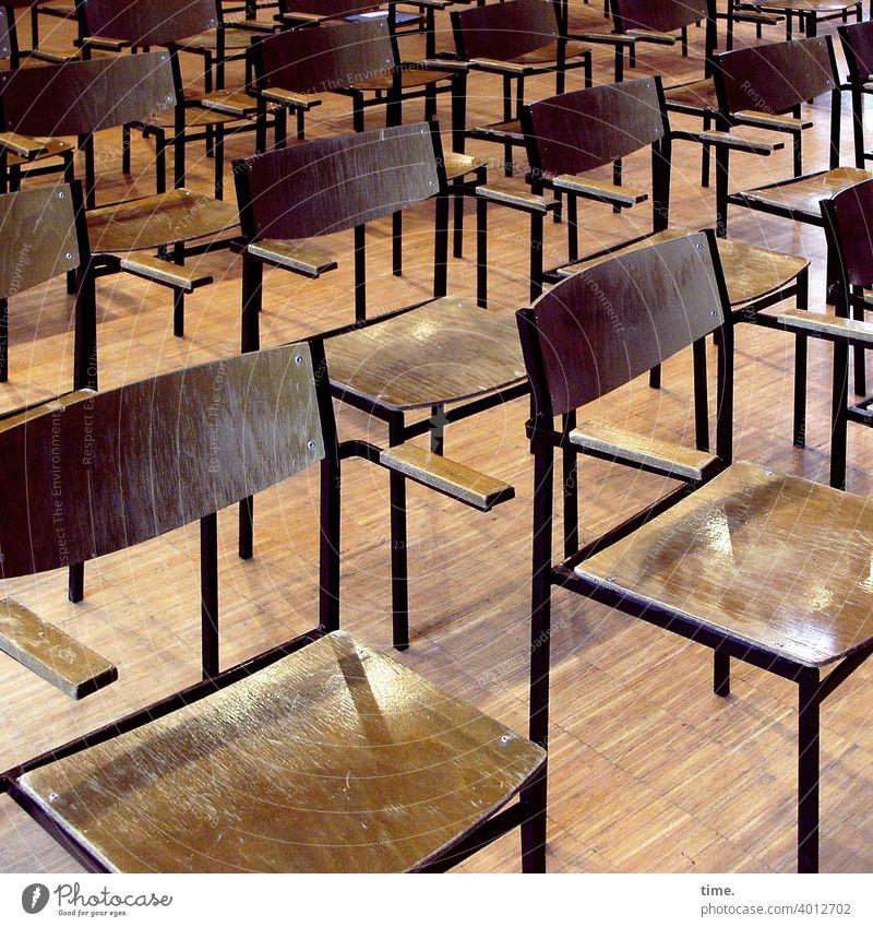 Tagungsformat stuhl stühle parkett holz saal hart nebeneinder Ordnung aufgereiht hintereinander Abstand abstandsregel holzfußboden stahl unbequem rückenlehne