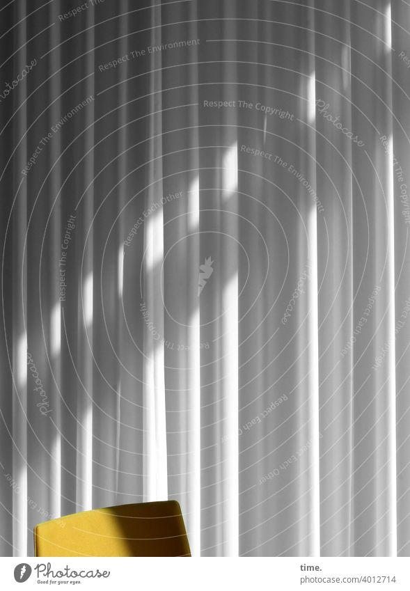 bestuhltes Gelände (17) Stuhl Gardine Streifen Sonnenlicht Schatten Menschenleer Strukturen & Formen Muster Innenaufnahme Farbfoto Zeit Stimmung