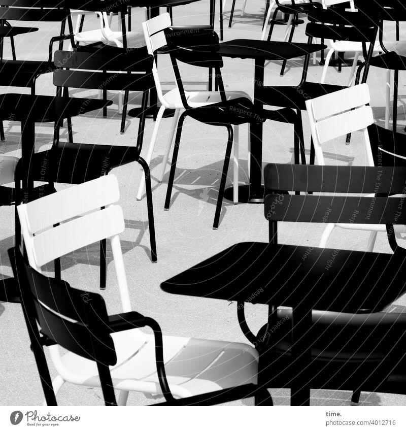 bestuhltes Gelände (11) stühle draußen sonnig schatten tisch Gastronomie sw schwarzweiß stehen durcheinander skurril kurios zusammen café leer einsam
