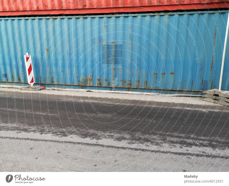 Alter blauer Contaimer als Lärmschutz auf einer Baustelle im Westend von Frankfurt am Main in Hessen Container Blech Metall Eisen Stahl Rost Patina Blau
