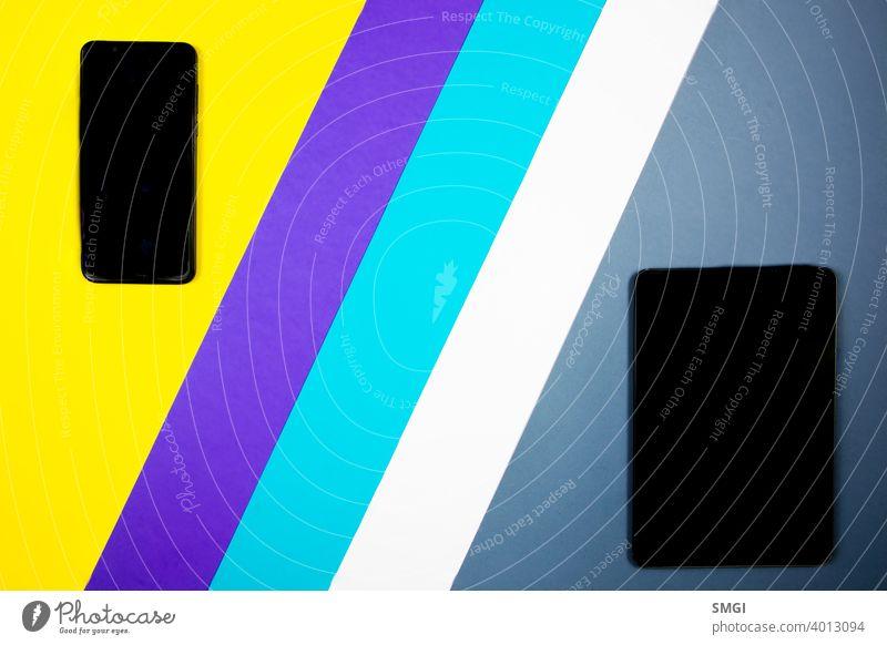 Mock-up eines Smartphones und eines Tablets auf verschiedenfarbigen Hintergründen. Hintergrund blanko Business Funktelefon Zellulartelefon Mitteilung Computer