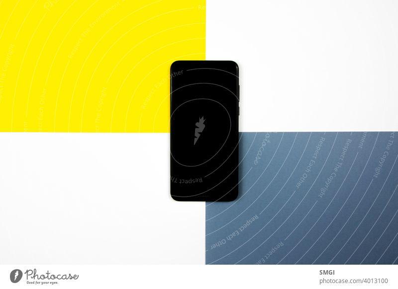 Mock up eines Smartphones auf verschiedenfarbigen Hintergründen. blanko Business Funktelefon Mitteilung Anschluss Kopie Cyberspace Desktop Anzeige elektronisch