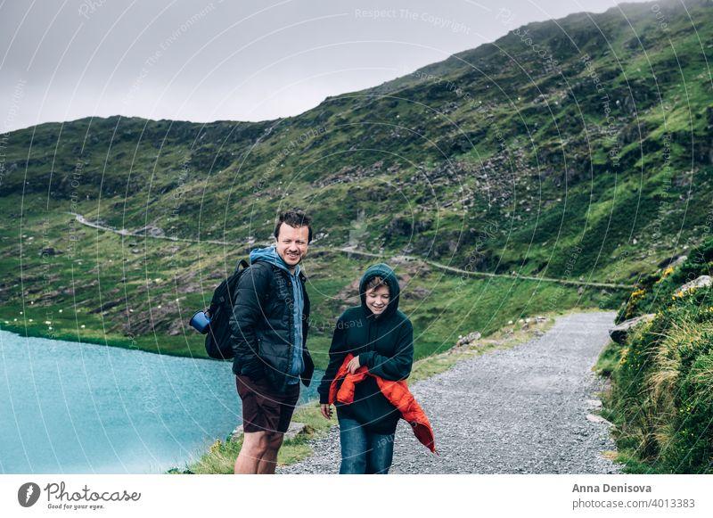 Vater und Tochter genießen ihren Urlaub in Snowdonia snowdonia Großbritannien Snowdonia-Nationalpark Bahn Bergwerksbahn Felsen Mann Mädchen Familie