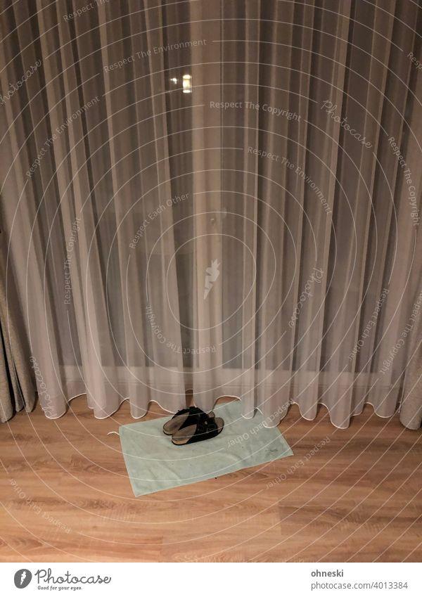 Hausschuhe vor Terrassentür Gardine Farbfoto Schuhe Schlappen Wohnzimmer Inneneinrichtung Isolation Corona Quarantäne Einsamkeit alleine Pandemie Fenster