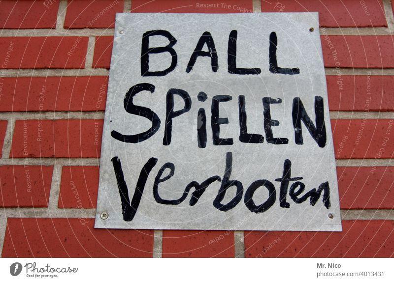 Ball spielen verboten Schilder & Markierungen Verbote Verbotsschild Hinweisschild Warnhinweis Mauer Ballsport Freizeit & Hobby kinderfeindlich Nachbar