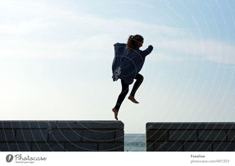 Jump Mensch Kind Himmel Mädchen Wolken schwarz feminin Mauer Glück Kopf springen Beine Fuß Körper Kindheit Arme