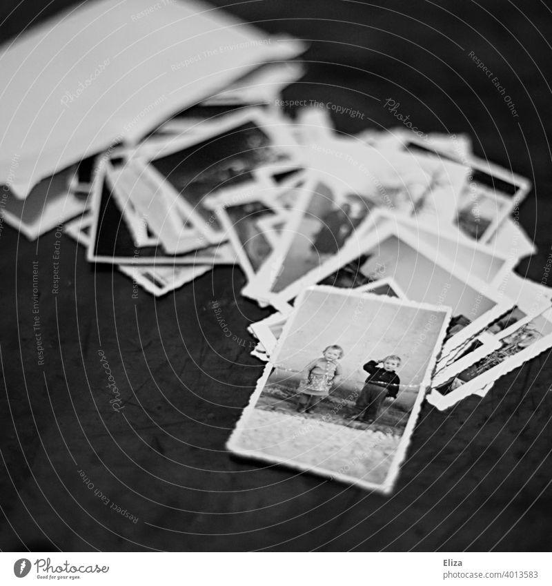 Alte Fotos in Schwarzweiß alt Erinnerungen Familienfotos Umschlag Schwarzweißfoto Kleinkinder Kinder nostalgisch analog Fotografie Nostalgie retro sentimental