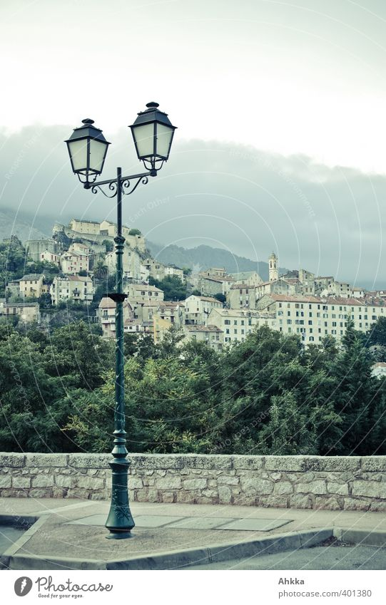 Straßenlaterne eines Bergdorfes in Korsika Himmel Einsamkeit Landschaft Haus Umwelt Berge u. Gebirge Wand Mauer Stil Stimmung Kraft Fassade elegant Idylle