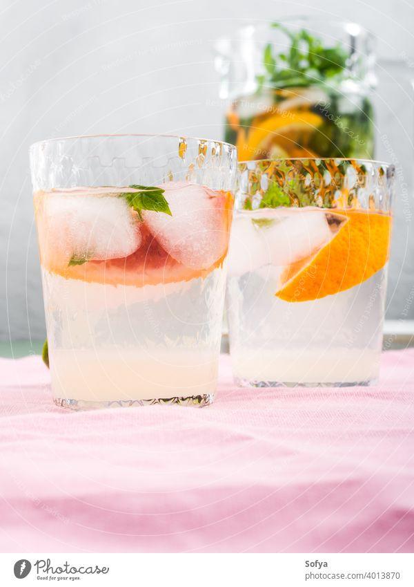 Frisches Sommer-Zitrus-Getränk in Gläsern mit Eis trinken Zitrusfrüchte Glas Cocktail Limonade Blutorange Kalk Frucht Hintergrund aufgegossen Entzug Mocktail