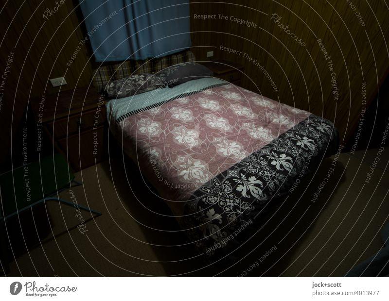 Ein Traum von einem Bett mit großen Stoffmuster Caravan Ferien & Urlaub & Reisen Achtziger Jahre Wohnwagen Kunstlicht Originalität Design Stil Australien