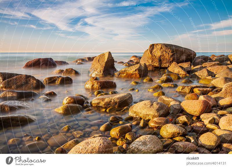 Steine an der Ostseeküste bei Lohme auf der Insel Rügen Küste Mecklenburg-Vorpommern Sonnenuntergang Felsen Findlinge Himmel blau abends Abend Landschaft