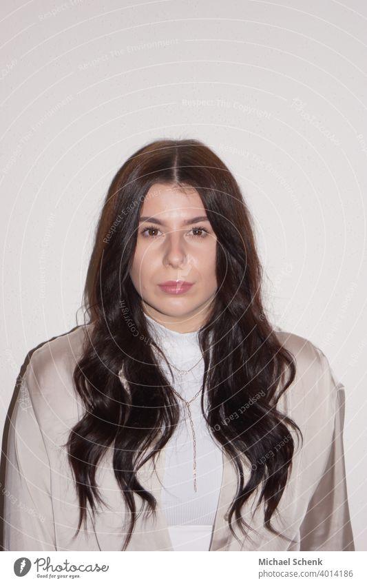 junge Frau mit langem schwarzem Haar Frauengesicht Porträt Junge Frau Erwachsene 18-30 Jahre schön Haare & Frisuren Gesicht langhaarig Mensch natürlich Blick