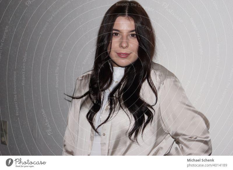 Junge Frau mit langem schwarzem Harr Porträt Gesicht schön Haare & Frisuren 18-30 Jahre Innenaufnahme Farbfoto langhaarig Blick in die Kamera Frauengesicht
