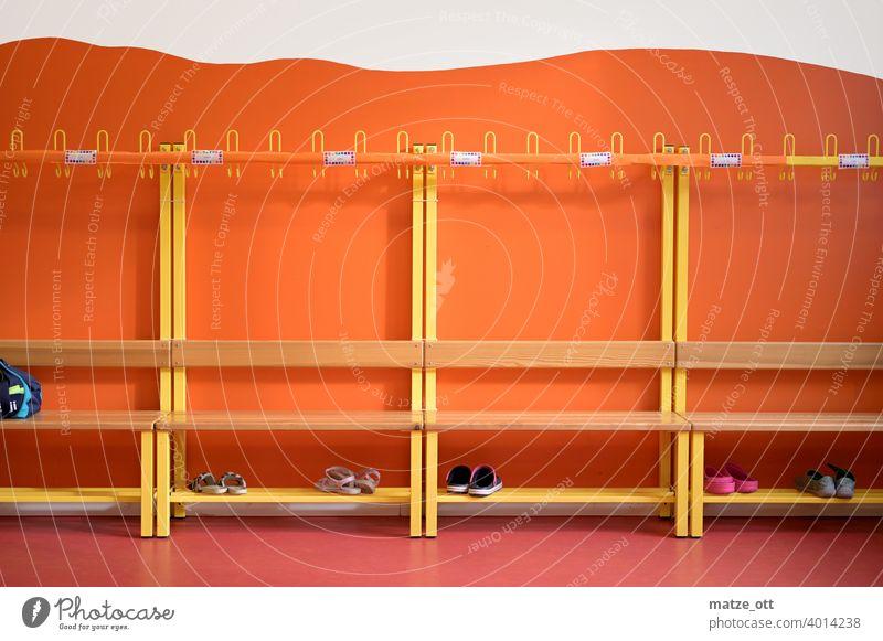 Garderobe Kindergarten Schule Grundschule Umkleide Farbfoto krippenplatz Menschenleer Wand Kleiderhaken frei Kleiderständer Innenaufnahme Namensschild