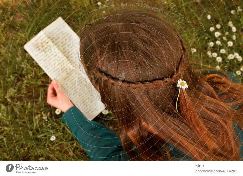 Nachricht aus Mittelerde mit Gänsefüsschen... Brief Briefe Wort alt Text Mitteilung Papier lesen Junge Frau teenager Jugendliche Mädchen mädchenhaft Wiese