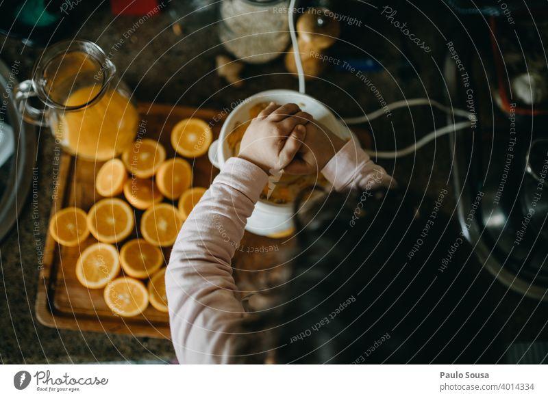 Kind macht Orangensaft orange Vitamin vitaminreich Bioprodukte Vitamin C Ernährung Lebensmittel Frucht Farbfoto frisch Gesunde Ernährung lecker Gesundheit